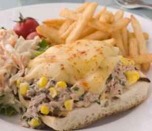 Baguette abierto con atún Mazatún y queso gratinado