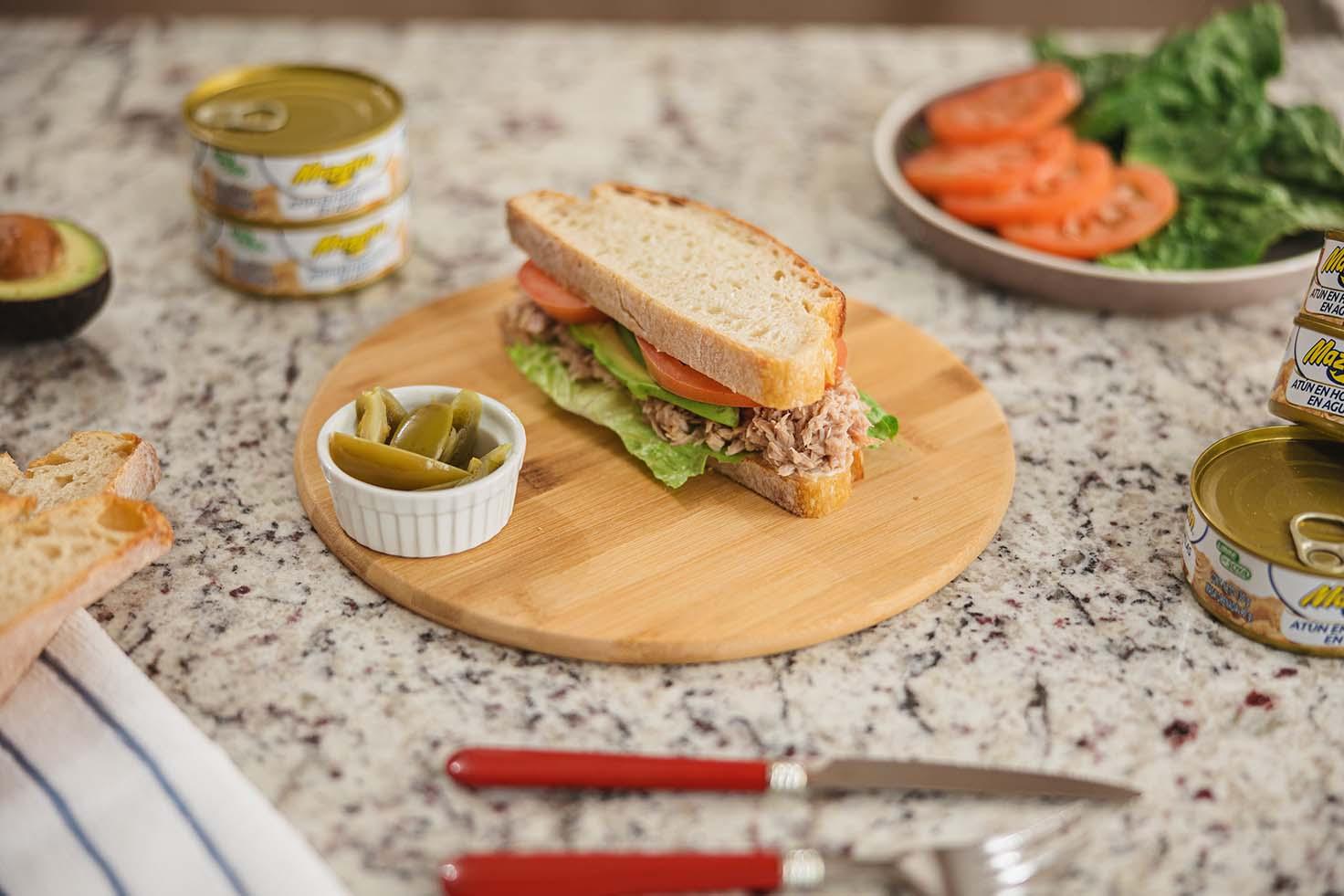 Sándwich sencillo de atún